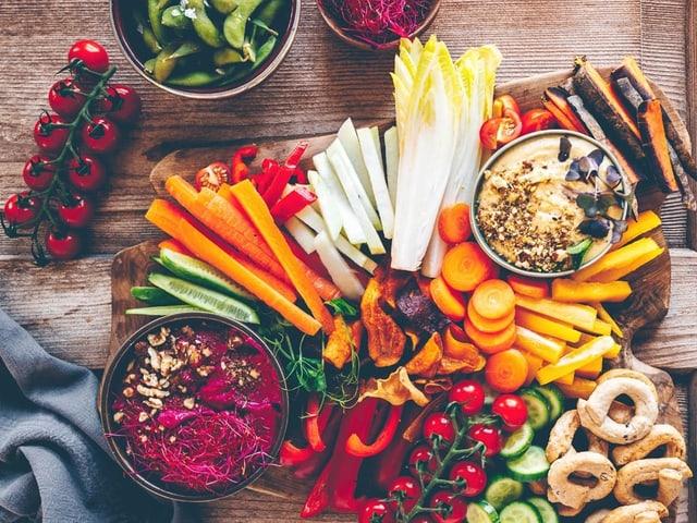 Verschiedene Gemüsesorten auf einem Holztisch