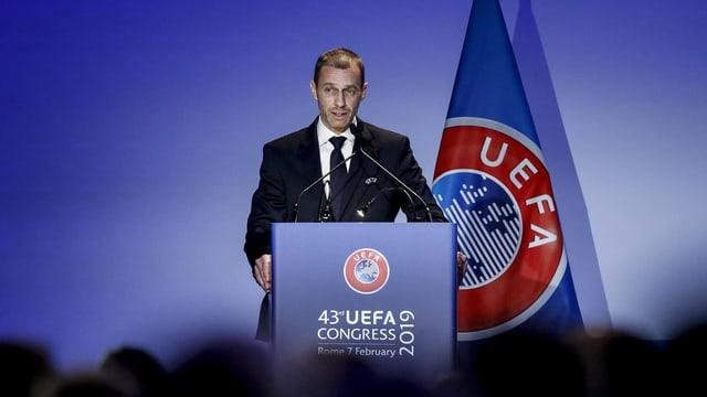 Uefa-Präsident Aleksander Ceferin steht am Rednerpult.