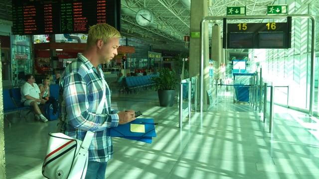 Der erste Job auf Fuerteventura: Tobias macht Kundenumfragen am Flughafen