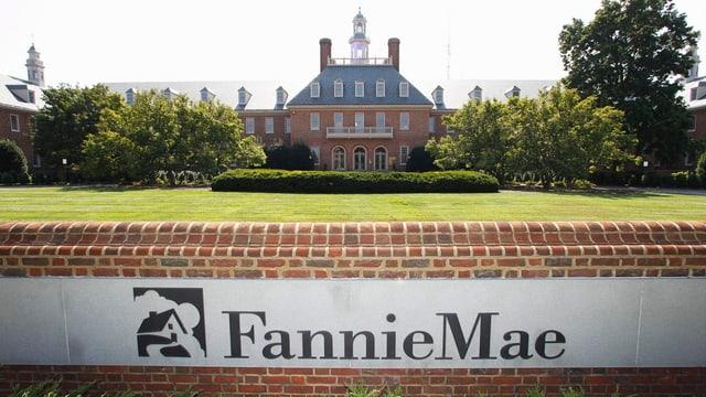 Fannie Mae Banner auf Mauer vor Gebäude.