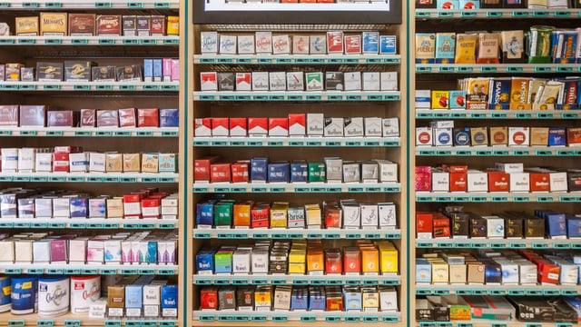Kioskregal mit bunter Vielfalt von Zigarettenpackungen diverser Marken