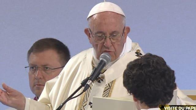 Papst am Mikrofon während der Messe.
