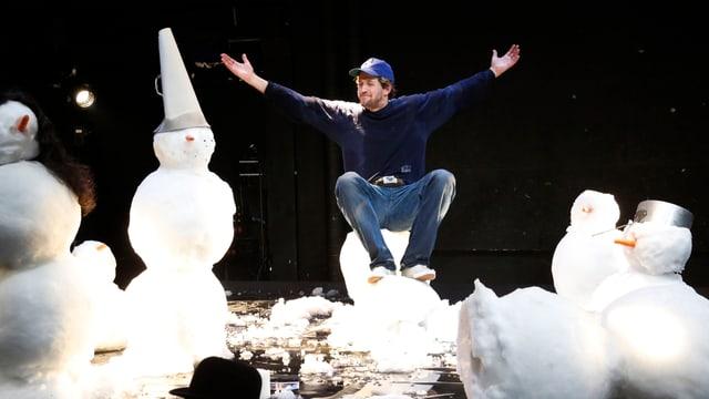 Jonathan Loosli als «Goalie» sitzt inmitten von Schneemännern auf einem Stück Schneemann.