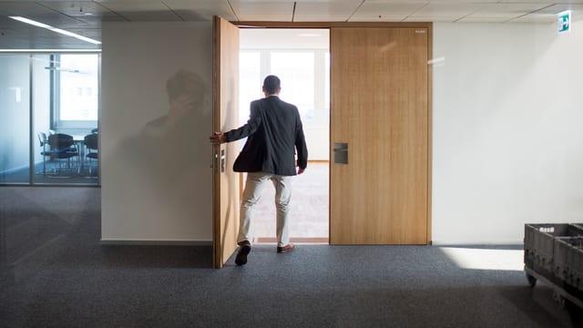 Mann verlässt Raum