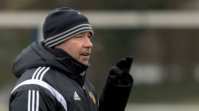 FCB-Trainer Urs Fischer mit Mütze und Winterjacke.