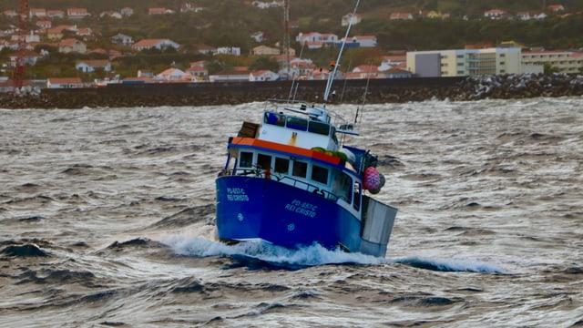 Kleines Fährbott tanzt auf den Wellern vor Fajal (Azoren)