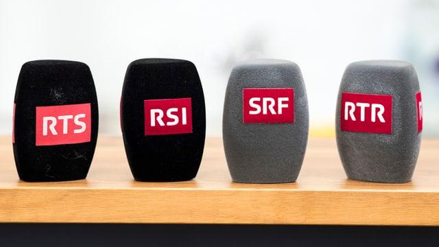 Mikrofon-Windschutzhüllen mit den Logos von RTS, RSI, SRF und RTR.