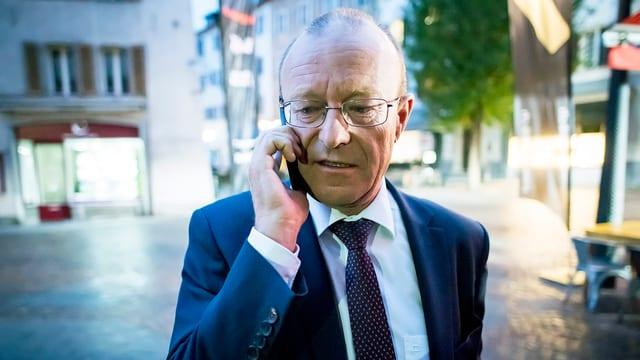 Politiker Jean-Luc Addor telefoniert am Mobiltelefon