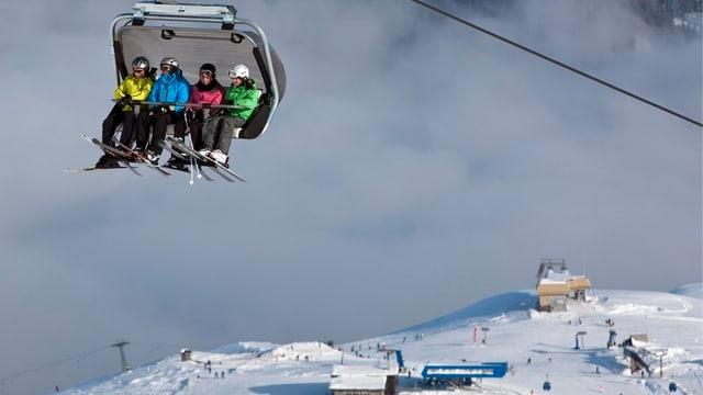 Skifahrer auf Sessellift