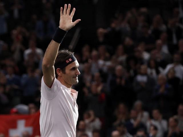 Roger Federer winkt ins Publikum.