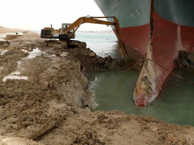Essa imagem se espalhou pelo mundo e causou a diversão: uma escavadeira tenta cavar o enorme navio por um pouco de graça.