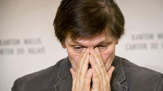 Jean-Marie Cleusix hält die Hände vor sein Gesicht.