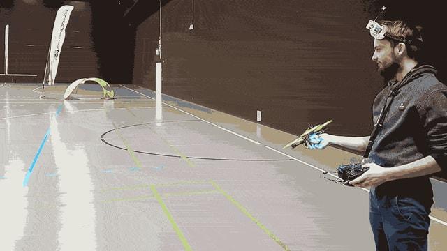 Ein animiertes GIF: Timothy Trowbridge startet seine Drohne aus der Hand und fängt sie wieder ein.