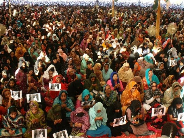 Betende Frauenmenge