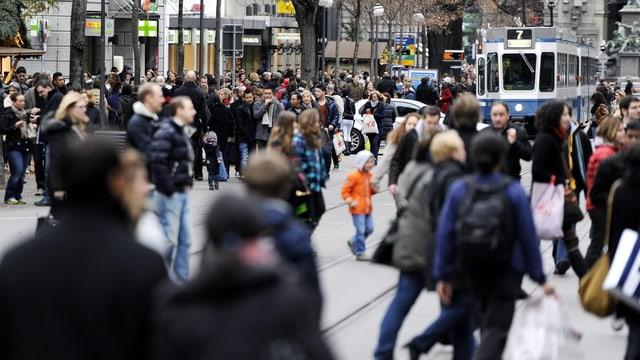 Viele Menschen beim Einkaufen an der Zürcher Bahnhofstrasse