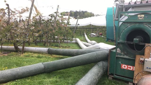 Schläuche führen vom Haugebläse weg