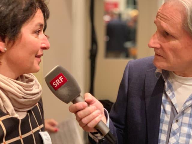 Beat Tschümperlin interviewt Frau.
