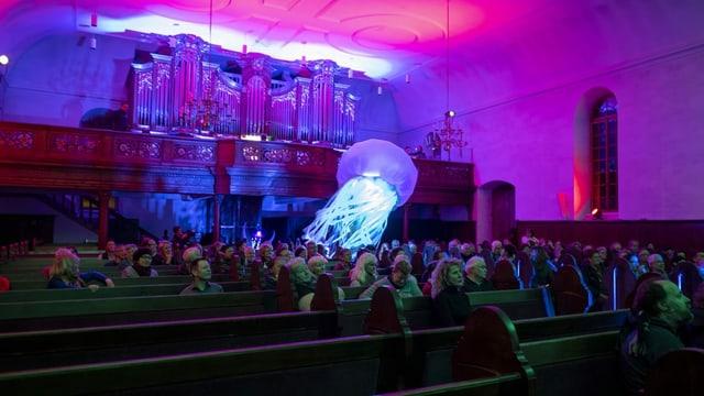 Eine Perfomance in einer Kirche während dem Lichtfestival 2020.