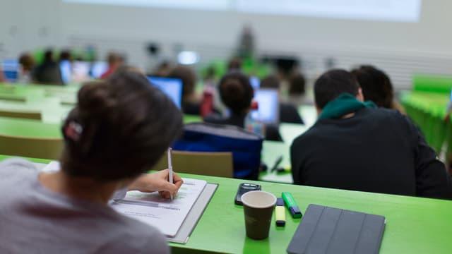 Prest il dubel da la media dals pajais da l'OECD ha la Svizra impundì per ina persuna en scolaziun il 2012.
