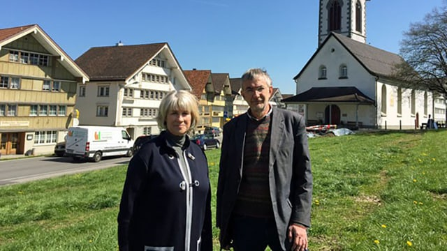Marianne Kleiner (links), hinten eine Kirche