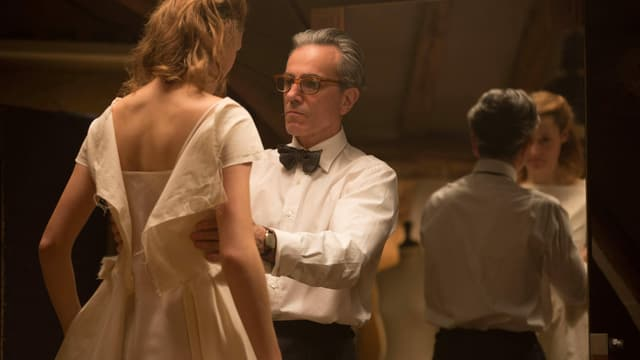 Szene aus «Phantom Thread»: Daniel Day-Lewis begutachtet ein Kleid, das Vicky Krieps trägt.