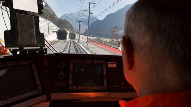 In locomotivist charrescha in tren tras il tunnel nov.