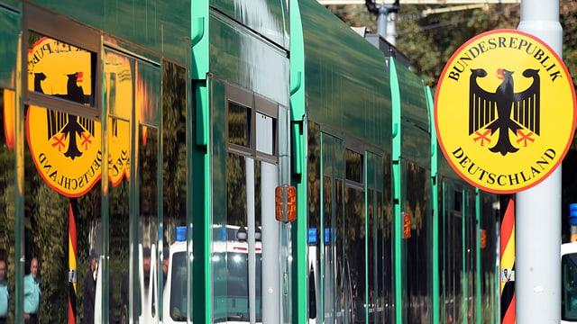 In tram numer 8 da Basilea ed ina tabla cun inscripziun «Bundesrepublik Deutschland».