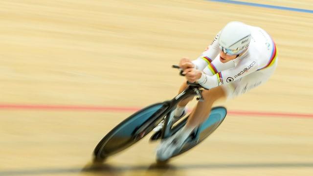 Stefan Küng auf seinem Rennvelo im Weltmeistertrikot auf der Bahn.