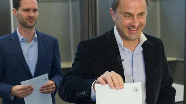 Luxemburgs Regierungschef Xavier Bettel wirft seinen Wahlzettel ein.