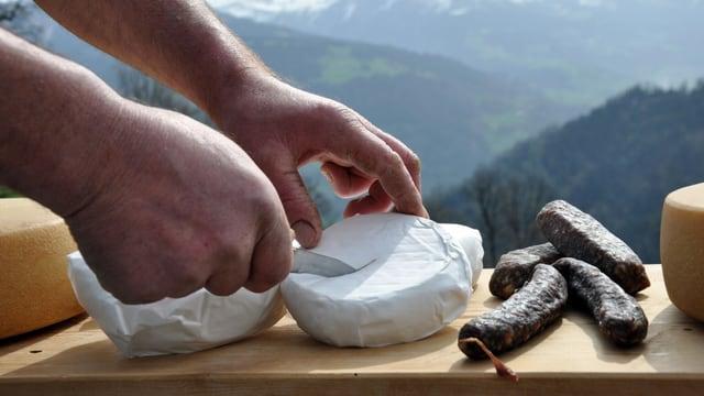 Il sortiment d'Alpinavera cumpiglia actualmain radund 1'000 differrents products regiunals.