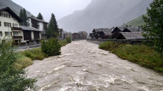 Hochwasserführender Bach in Vals.