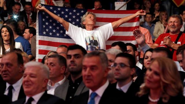 Djukanovic-Anhänger mit USA-Fahne