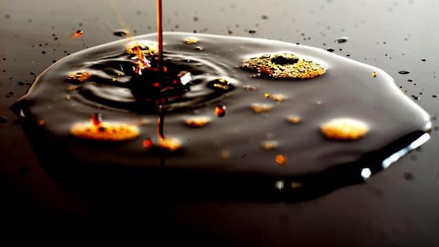 Bild einer dunkelbraunen Öllache.