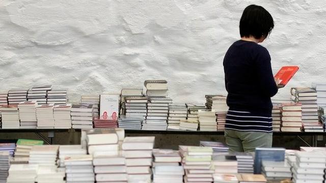 Frau liest Buch.