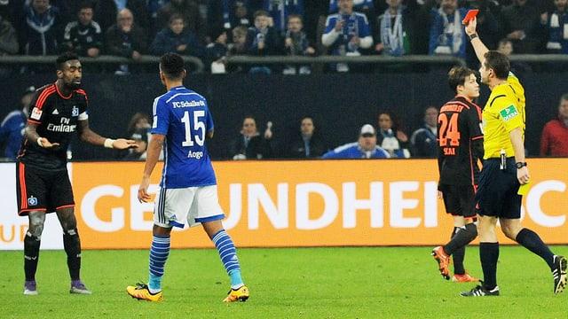 Johan Djourou erhält die Gelb-Rote Karte.