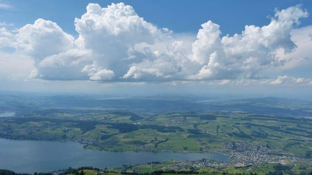 Blick von der Rigi auf den Vierwaldstättersee, darüber noch harmlose Quellwolken.