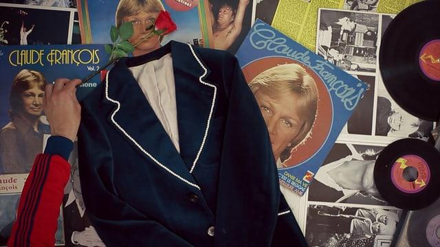 Eine Jacke liegt auf Vinyl-Platten.