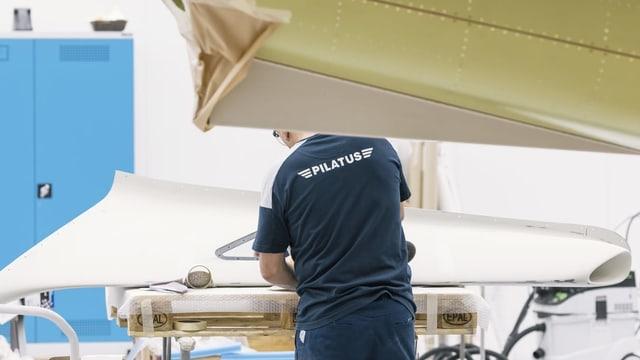 Lavurer en ina fabrica da Pilatus.