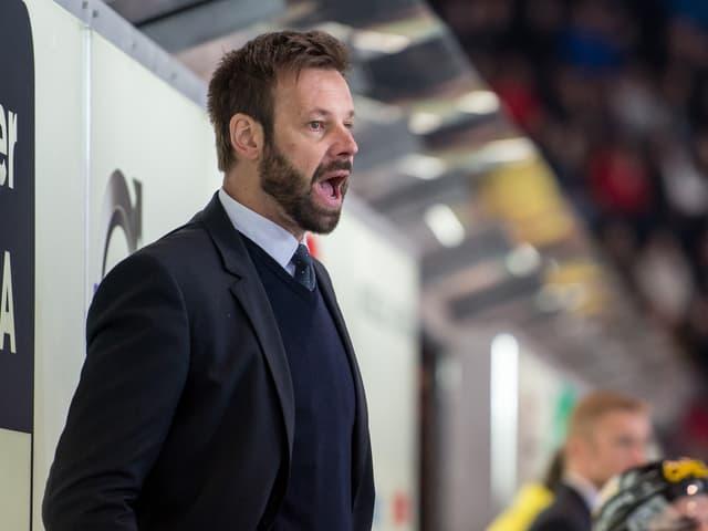 Freiburg-Coach Gerd Zenhäusern gibt Anweisungen.