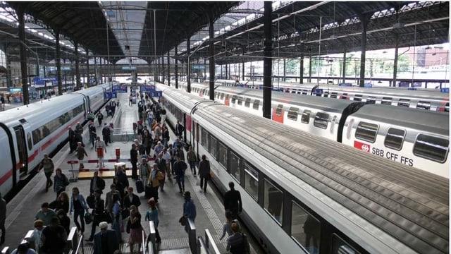 Blick auf ein Perron im Bahnhof SBB mit vielen Passagieren