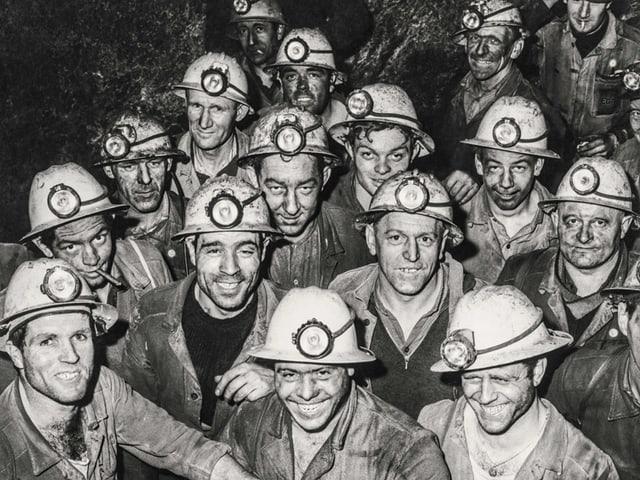 Eine Gruppe Kumepl mit Helm und Lampen schaut in die Kamera