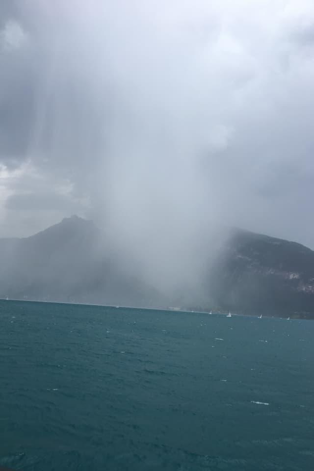 Niederschlagsvorhang über dem Thunersee.