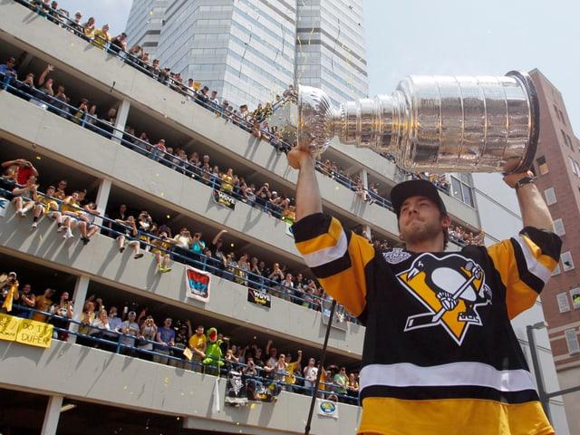 Fans in allen Stockwerken eines Parkhauses bejubeln die Spieler.