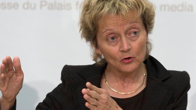 Finanzministerin Eveline Widmer-Schlumpf gestikuliert bei einer Medienkonferenz.