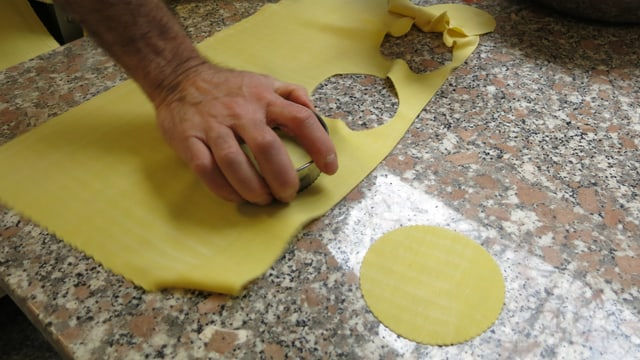 Formen aus ausgewalltem Pastateig ausstechen.