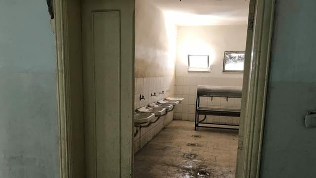 Heruntergekommenes Schüler-WC an einer Knabenschule in Zarqa: kein Wasser, keine Türen, keine Reinigung.
