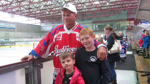 Jaroslav Krupička mit seinen Enkeln