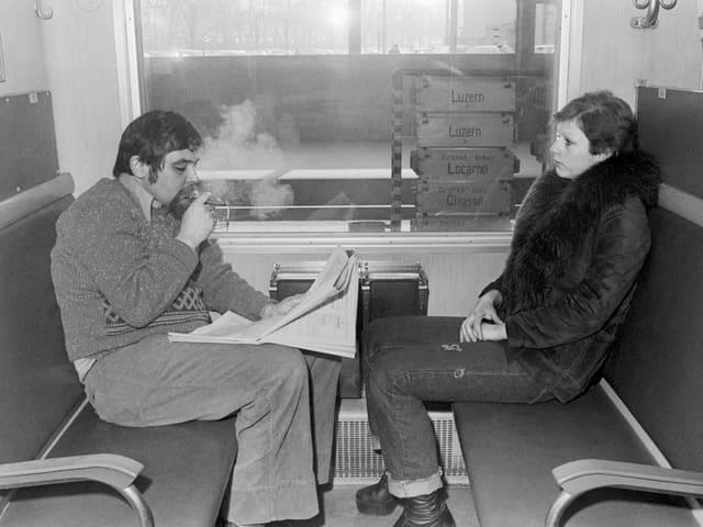Zwei Zugreisende im Raucherabteil 1976