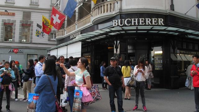 Eine Gruppe Touristen aus Asien steht auf dem Schwanenplatz.