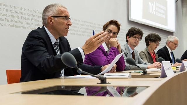 Al comité fan part politichers sco Konrad Graber da la PCD Lucerna (sanester) ed il politicher senza partida Thomas Minder (dretg).